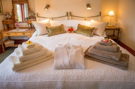 Albany House Bed and Breakfast Peel: The Fraser Room - Purely Victorian indulgence, a comfy bed awaits you here