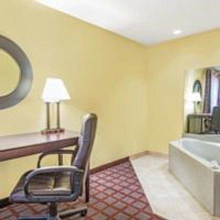 Surestay Plus Hotel by Best Western Kearney: King Whirlpool Suite