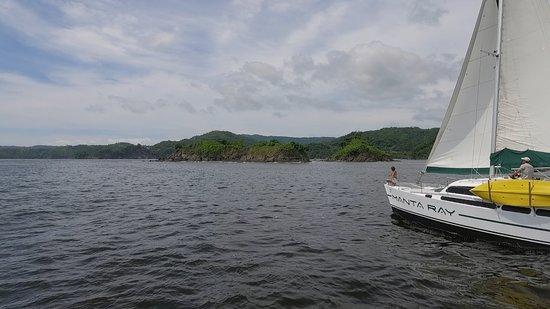 Manta Ray Sailing: Time to sail, just leaving the marina.