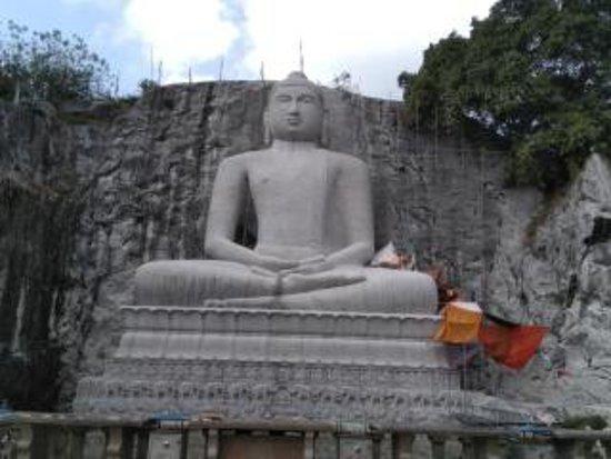Kandy District, Sri Lanka: una statua di budda con posa di meditazione profondo. Rambodagalla ancora none finito il lavolo.