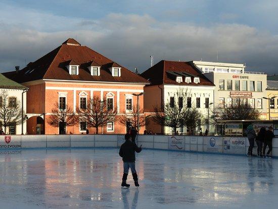 Zvolen, Eslováquia: Skating ring in Old Town Square in winter