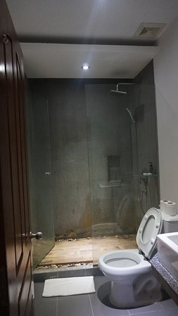 Mudra Angkor Boutique Hotel: Bathroom walls have molds and discoloration