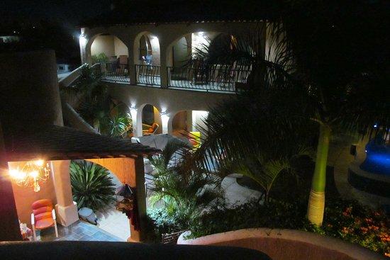 Casa Kootenay Waterfront Bed and Breakfast: Courtyard at night