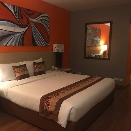 Golden Beach Hotel Cha-am: ห้องกว้างขวาง บริการดี ไปไหนสะดวก หาของทานได้ง่าย สำหรับคนที่ชอบความครึกครื้น เพราะชายหาดมีผู้คน