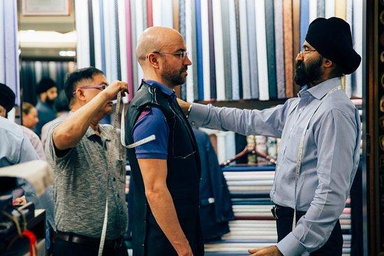 ราชา แฟชั่น: Customer being fitted