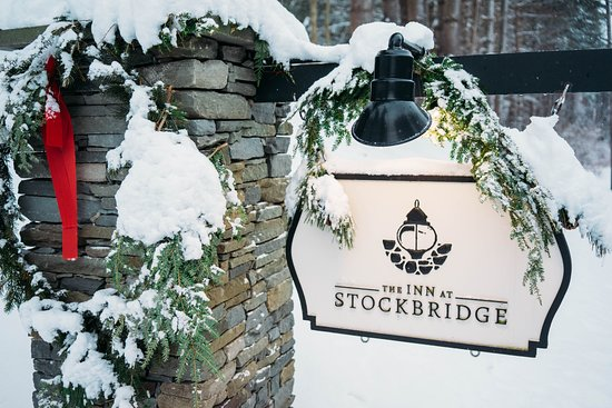 The Inn at Stockbridge: Snow covered welcoming sign from the main road