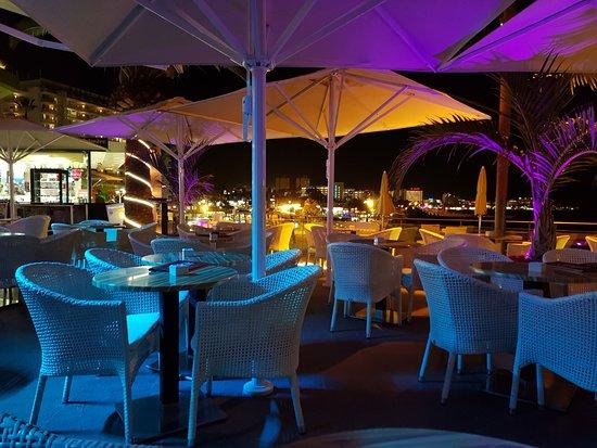 Terraza con luces de colores cambiantes picture of waikiki beach cocktail bar playa de las - Luces de terraza ...