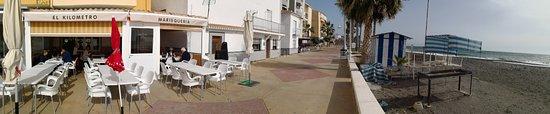 Mezquitilla, สเปน: Terraza del restaurante junto al paseo marítimo