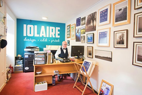 Forres, UK: Tez at work in the studio/gallery