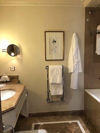 Four Seasons Hotel des Bergues Geneva: Room - Bathroom