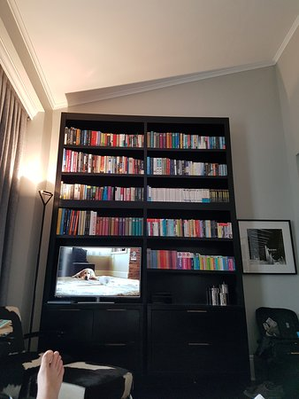 Hotel Montefiore: A rich library is set in the room. Variety of languages and geners