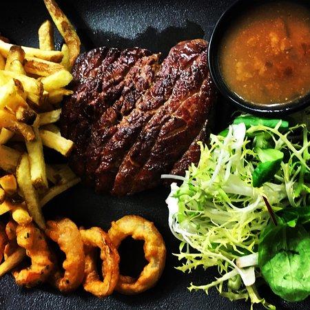 «LE BISOU FUTÉ»: Filet de bœuf, beignets d'oignons et frites maison