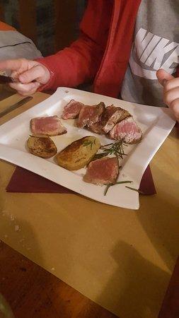 Pennabilli, Itália: Tagliata di carne e patate con la buccia