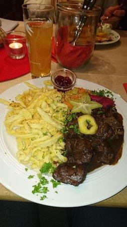Todtnauberg, ألمانيا: Rehgulasch mit Spätzle und Gemüse der Saison