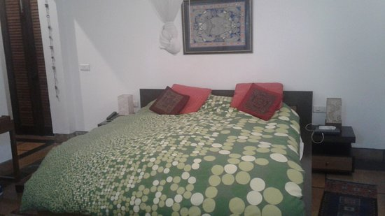 B Nineteen (B-19) Bed & Breakfast: Bed vwith vibrant cover