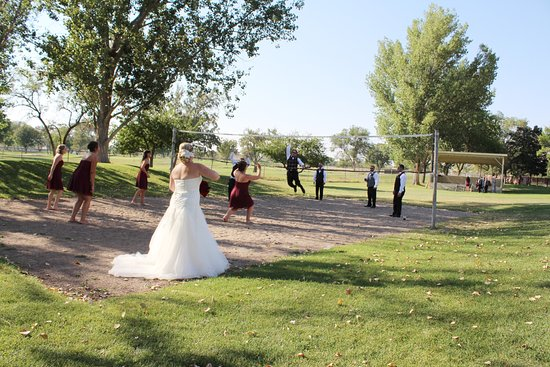 DoubleTree by Hilton Grand Junction: I mean, it's a wedding! Bride is serving the ball!