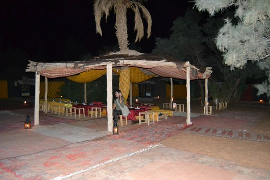 Hotel Ksar Merzouga : Zona comedor de las Haimas detrás de las grandes Dunas