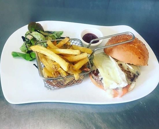 Varennes-Jarcy, France: Burger Brie de Meaux et frites le tout Maison !!!