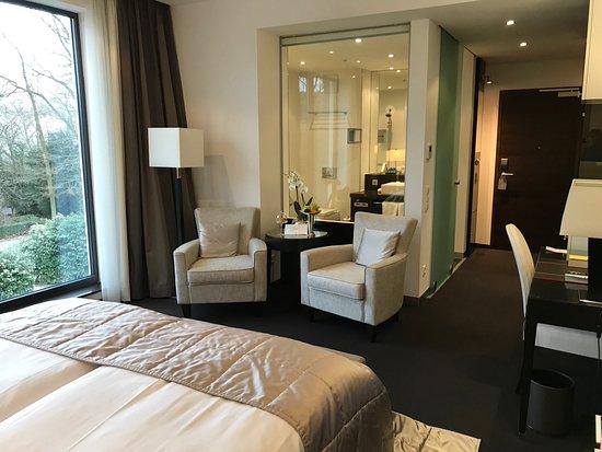 Relais & Chateaux Hotel Burg Schwarzenstein : Blick vom Bett Richtung Bad