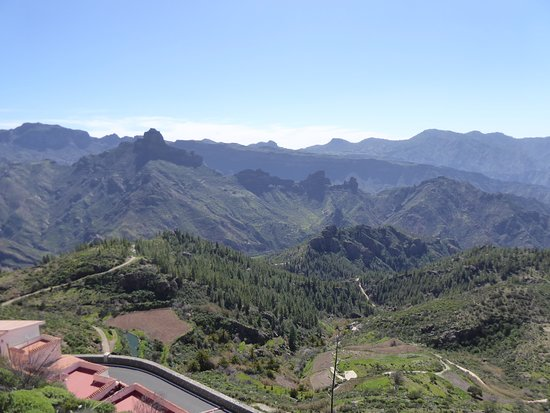 Artenara, España: At the top with a view of the Roque Bentaiga in the centre of the vast caldera