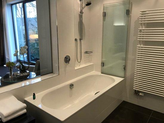Relais & Chateaux Hotel Burg Schwarzenstein : Badewanne