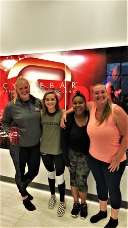 Winston Salem, Carolina del Nord: CycleBar guests and staff just having a great time!