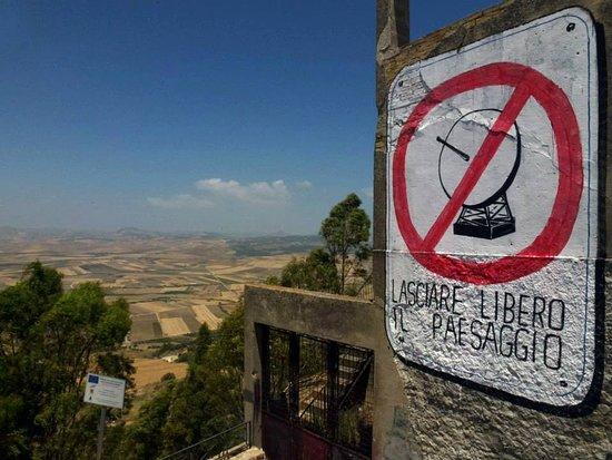 Niscemi, Italie : Murales dell'artista di fama internazionale Blu