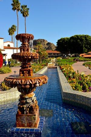La Quinta Resort & Club, A Waldorf Astoria Resort: fountain in front of hotel