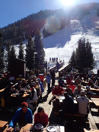 Taos Ski Valley, Nuevo Mexico: Lunch time in deck of Hotel St Bernard