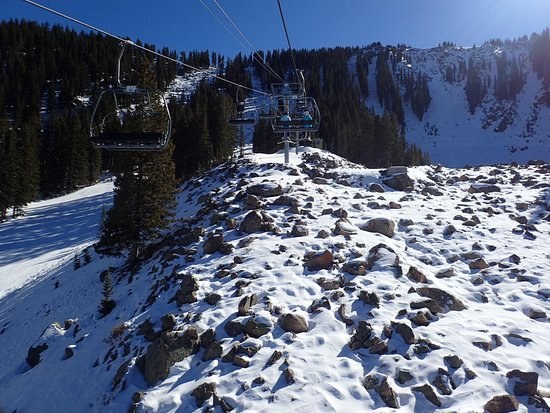 Taos Ski Valley, Nuevo Mexico: The bare rocks that would be covered in a good snow year