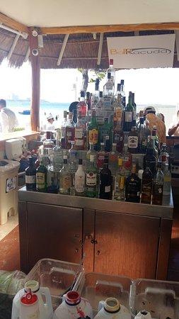Dreams Sands Cancun Resort & Spa: Bebidas à disposição em um dos bares da piscina