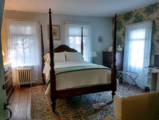 The Centennial House Bed and Breakfast: Sturbridge Room