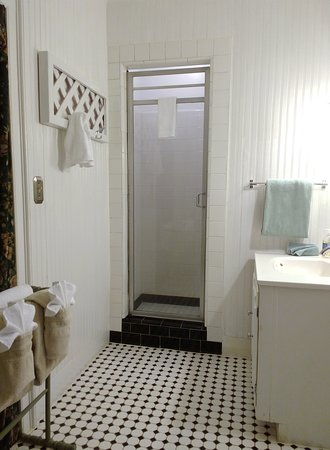 The Centennial House Bed and Breakfast: Sturbridge bathroom