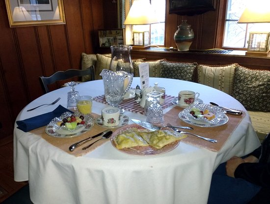 Northfield, MA: Fresh fruit & apple turnovers start off our breakfast in the tastefully appointed dining room