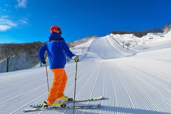 石打丸山の名物ゲレンデ「山頂ゲレンデ」。滑り応えのあるバーンと緩急変化ついた斜度がターン愛好家を虜にします。