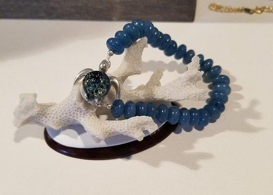 Paia, هاواي: Amy's hand blown glass sea turtle jewelry and handmade druzy jewelry with natural gemstones. Tak