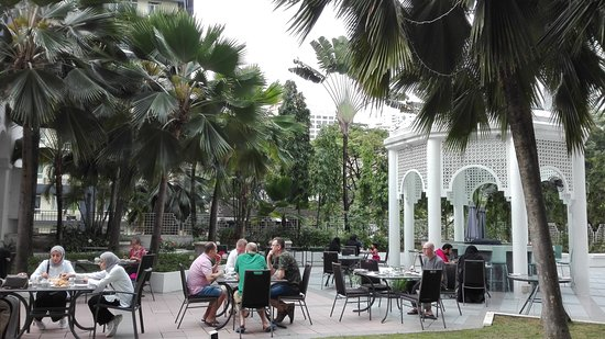 Hotel Istana: Breakfast in the garden