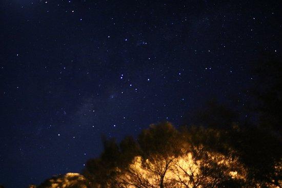 Kings Canyon Resort: 朝4時に起きたら、屋根照明が消えていたので、星空を撮影しました。