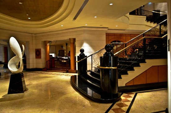 Four Seasons Hotel Singapore: They have the most upscale lobby, we have seen at a Four Seasons Hotels.