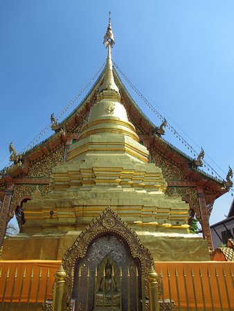 Lamphun, Thailand: The chedi behind the wat