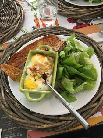 Carottes et Gingembre : Oeufs cocottes, salade, baguette grillée : miam !