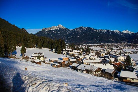 Wangle, Austria: Wanderweg mit tollem Blick auf das Dorf (Dez. 2017)