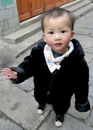 Pingba County, Kina: Tianlong Ancient Castle, local boy saying hello