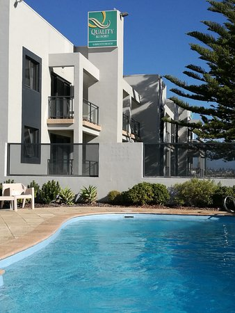 Sorrento, Australien: Front of hotel from pool