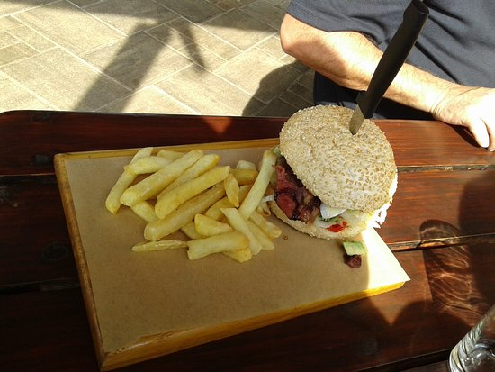 Centurion, Sydafrika: Delicious Burger After The Team Building Adventure !