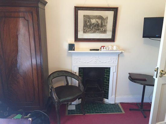 Crotty's Pub B & B: Classic old fireplace