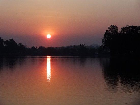 Ye, Myanmar: Lac de Yé à 50m de la Starlight guesthouse