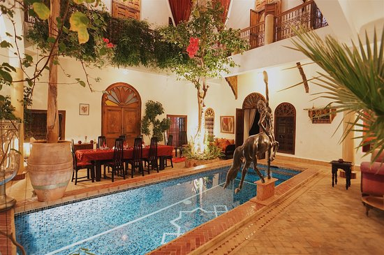 Riad El Zohar: Plunge Pool in Courtyard. Table laid for dinner.