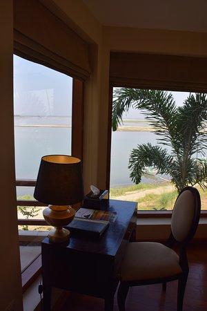 Aye Yar River View Resort: Рабочая зона.