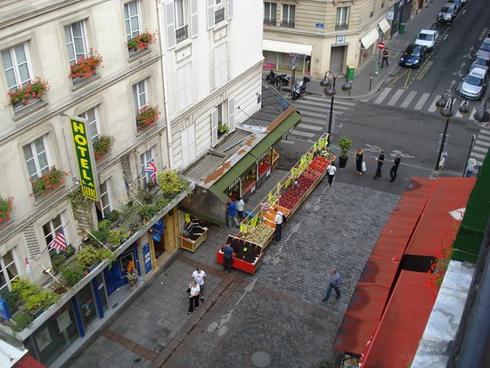 Grand Hotel Leveque: View of Rue Cler from our room Hotel Leveque